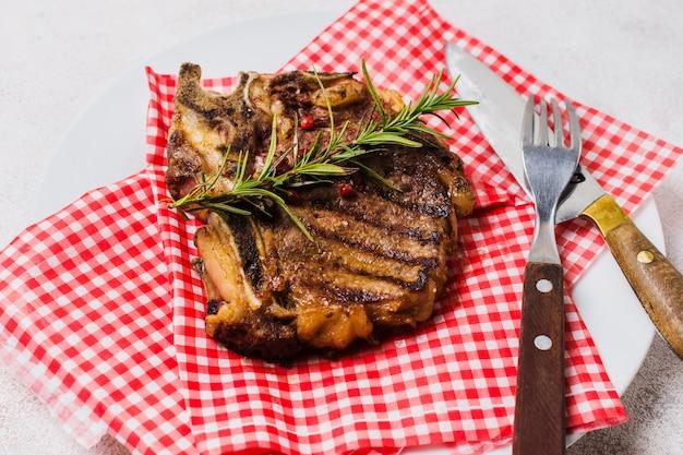 ローズマリーで飾られたステーキ 無料写真