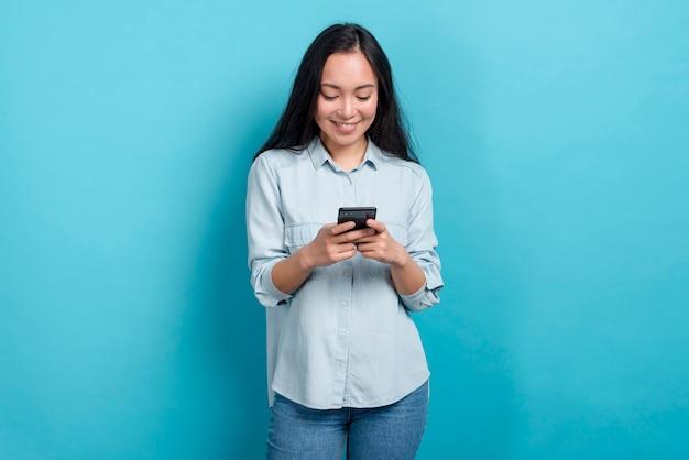 スマートフォンを持つ少女 無料写真