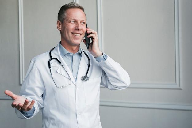 Доктор звонит по телефону Бесплатные Фотографии