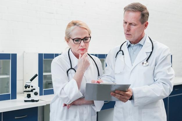 医療レポートを持つ医師 無料写真