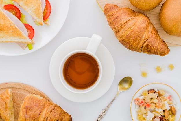 Завтрак с круассанами и фруктами Бесплатные Фотографии