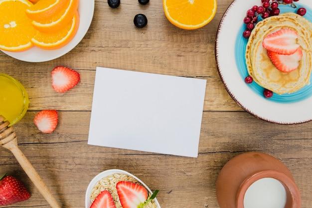 パンケーキとイチゴの朝食 無料写真