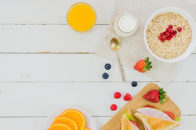 シリアルとイチゴの朝食 無料写真