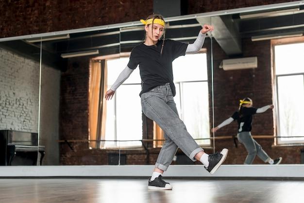 スタジオで踊る女性ダンサーの低角度のビュー 無料写真