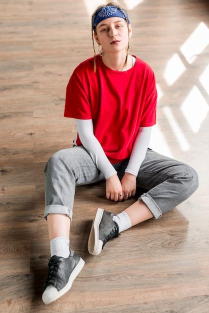 ダンススタジオでリラックスした疲れ若い女性の肖像画 無料写真
