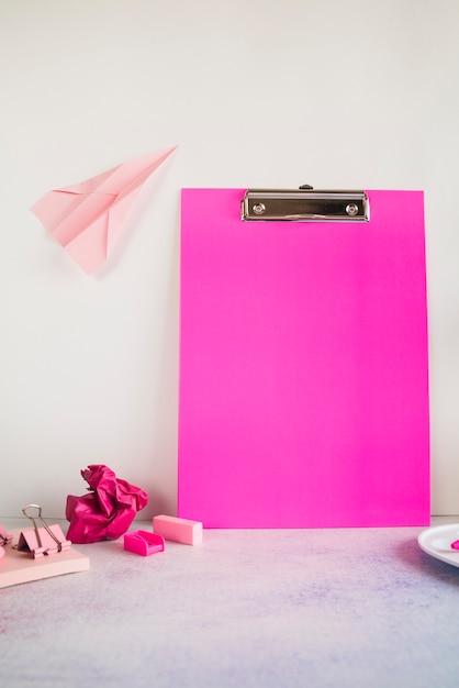 テーブルの上のオフィスのタブレットとピンクの組成 無料写真