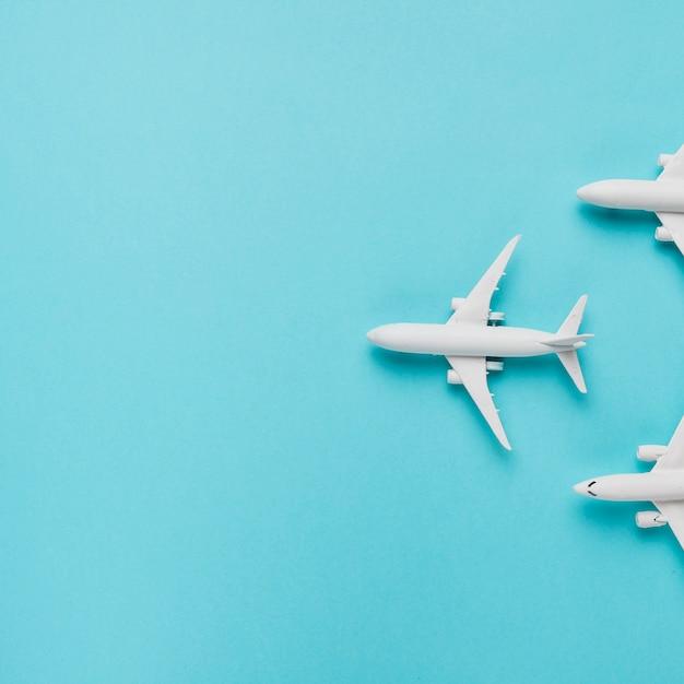 青い背景上のおもちゃの飛行機 無料写真