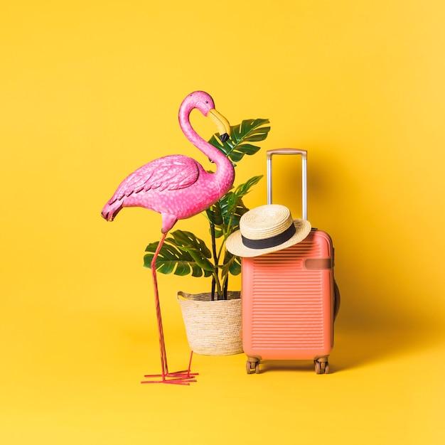 装飾的な鳥、鉢植えの植物、スーツケース 無料写真