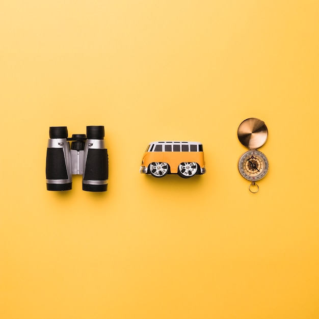 双眼鏡小さなおもちゃのバスとコンパスの構成 無料写真