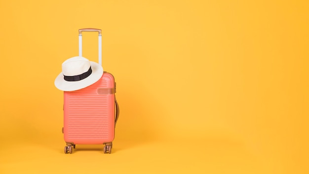 黄色の背景に旅行アクセサリー 無料写真
