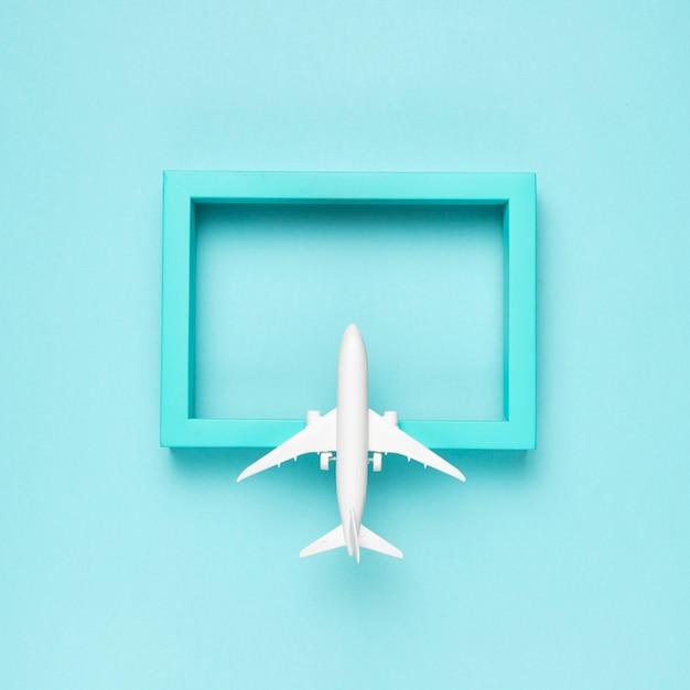 青い目的地に飛んでいる飛行機 無料写真