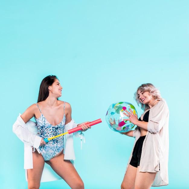 ビーチボールとポンプで遊ぶ女性 無料写真