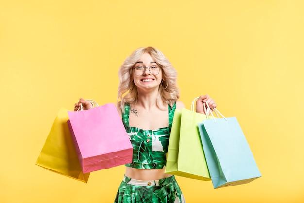 買い物袋との幸せな女 無料写真