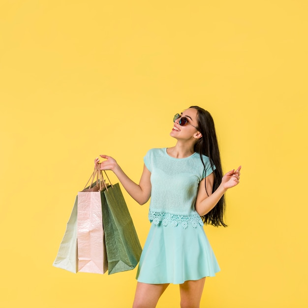 買い物袋で陽気な女性の地位 無料写真