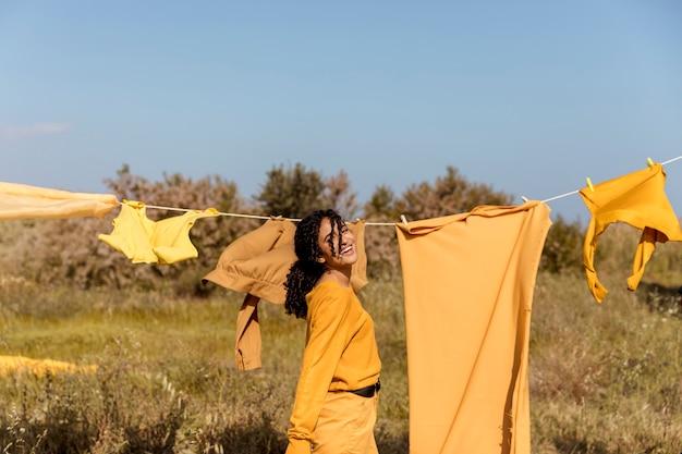 物干し用ロープと自然の中で女性 無料写真