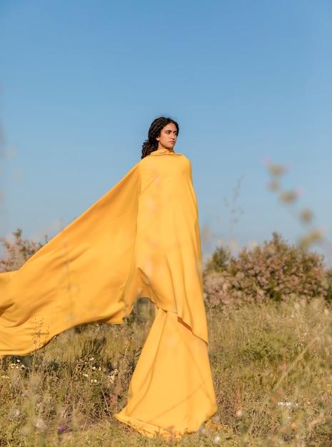 分野で布を持つ女性の肖像画 無料写真
