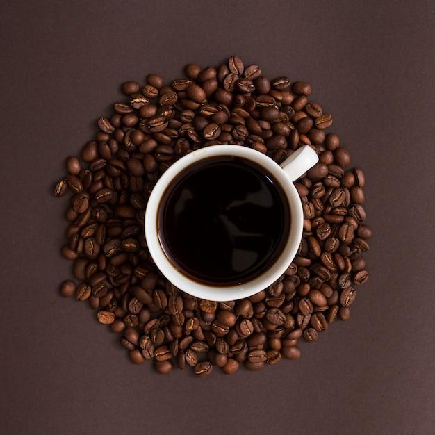 トップビューカップとコーヒーの穀物 無料写真