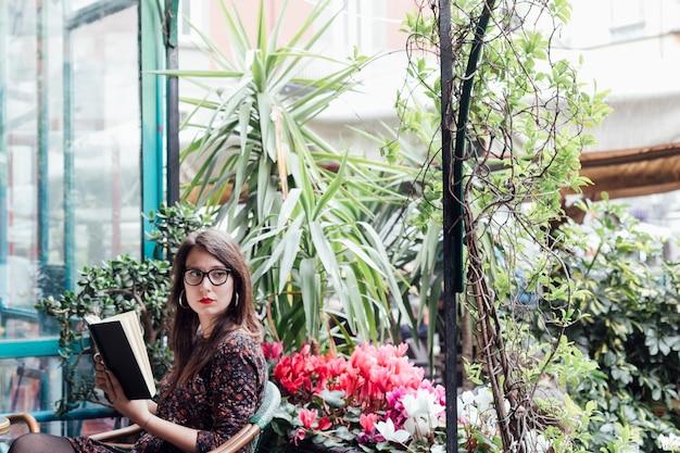 食堂で本を読んでいる女の子 無料写真