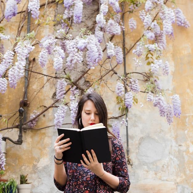 Девушка читает книгу на улице Бесплатные Фотографии