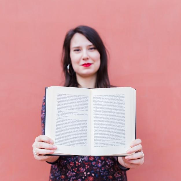 本を持っている若い女の子 無料写真