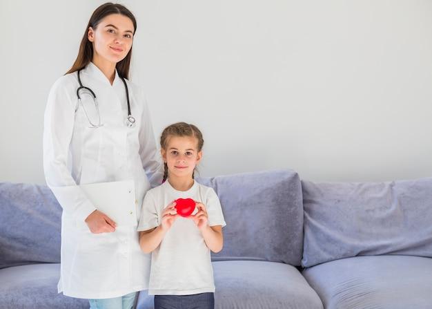 ブロンドの女の子が医者と心を持って 無料写真