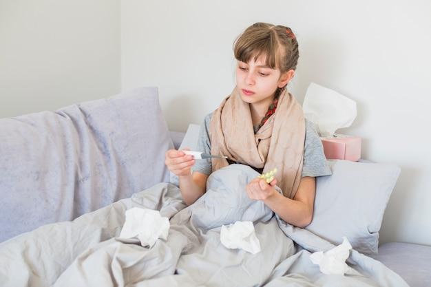 温度計を使用して病気の女の子 無料写真
