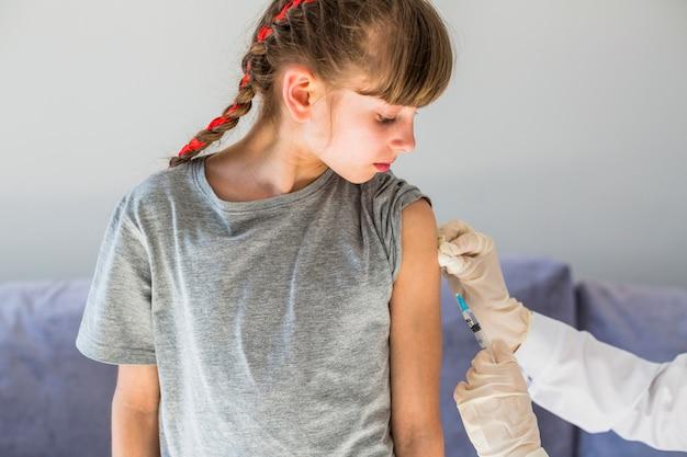 注射を受ける少女 無料写真
