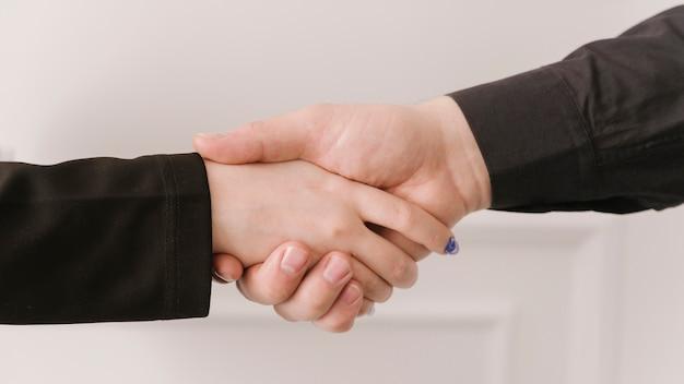 手を繋いでいる弁護士をクローズアップ 無料写真