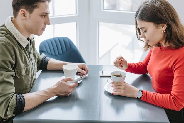 レストランでコーヒーを飲んでいるカップル 無料写真