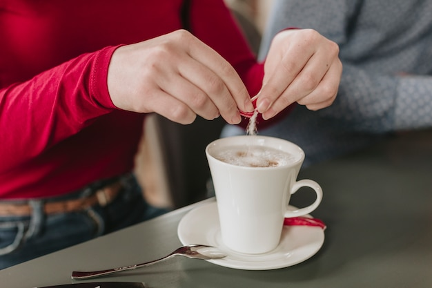 レストランでコーヒーを飲んでいる女の子 無料写真