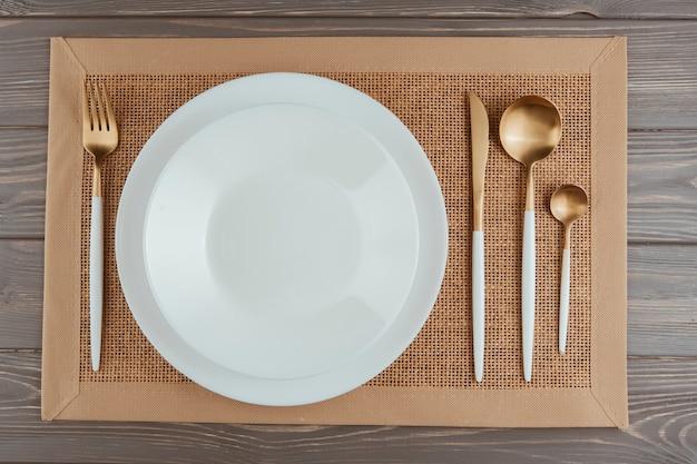 カトラリー付きレストラン用テーブル 無料写真