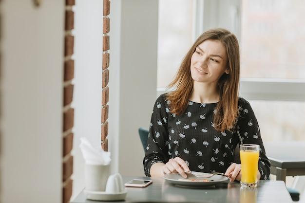 Девочка ест в ресторане Бесплатные Фотографии