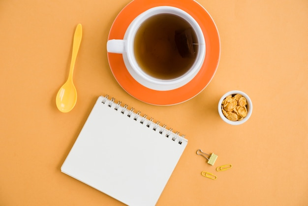 ノートブックとコーヒーのトップビューカップ 無料写真