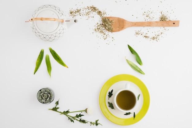 Вид сверху кофейная чашка с листьями Бесплатные Фотографии