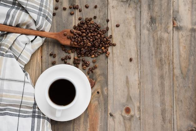 Вид сверху кофейная чашка на деревянном фоне Бесплатные Фотографии