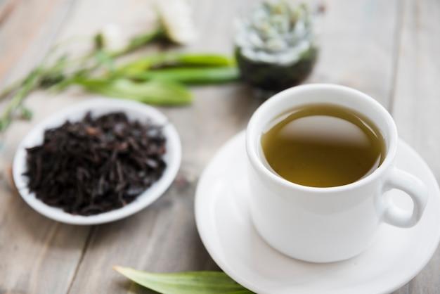 Чашка с сухими листьями Бесплатные Фотографии