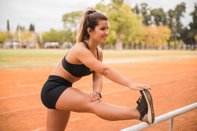 Спортивная женщина на стадионе Бесплатные Фотографии