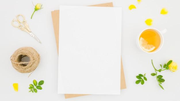 花の要素を持つフラットレイ紙モックアップ 無料写真