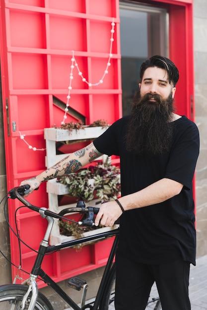 カメラを見てハンサムなサイクリストの肖像画 無料写真