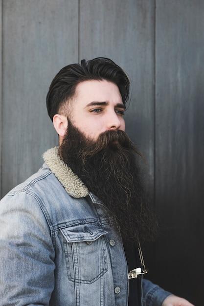 よそ見ハンサムな若い男の肖像 無料写真