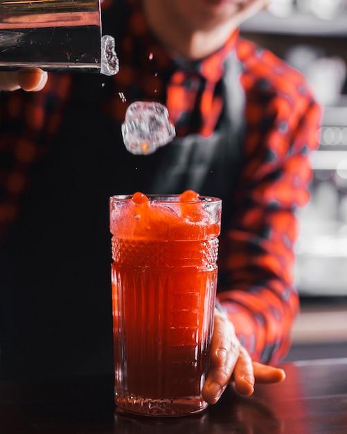 Готовим освежающий коктейль в баре Бесплатные Фотографии