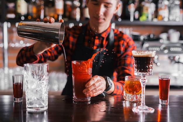 バーでさわやかなカクテルを準備する 無料写真