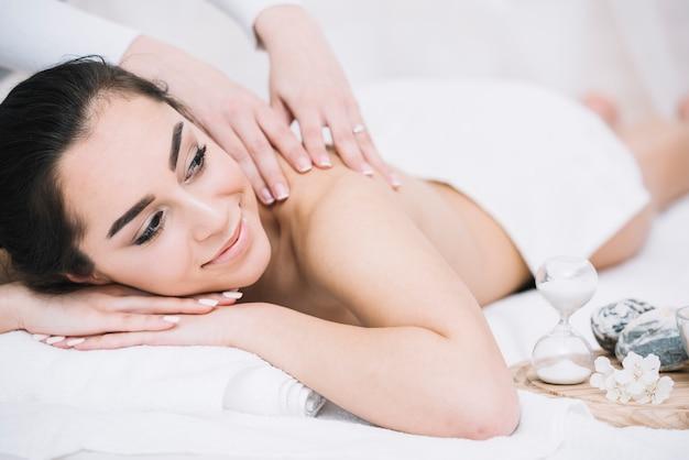 Женщина получает расслабляющий массаж в спа Бесплатные Фотографии