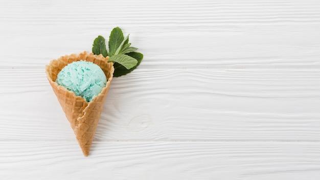 ウエハースコーンのブルーアイスクリームスクープ 無料写真