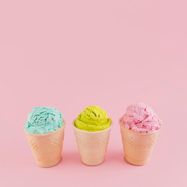 Разноцветное мороженое в вафельных стаканчиках Бесплатные Фотографии