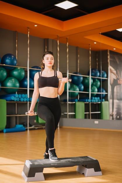 若い女性、ジムでトレーニング 無料写真