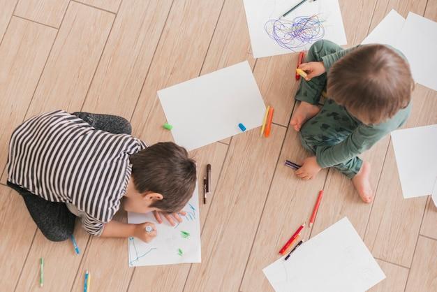 二人の子供が一緒に絵 無料写真
