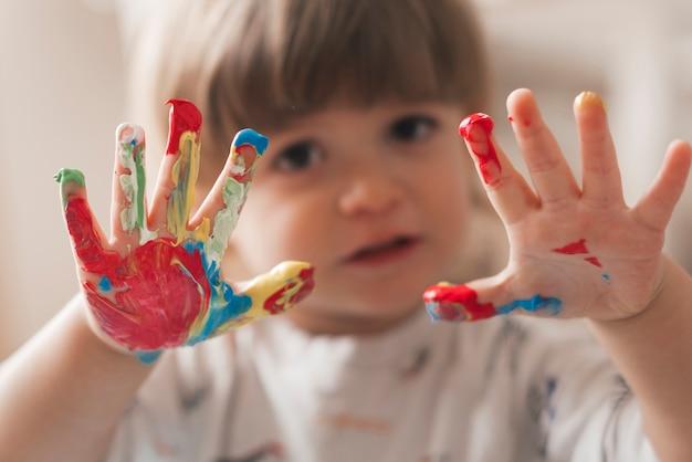 芸術家のような小さな子供の絵 無料写真