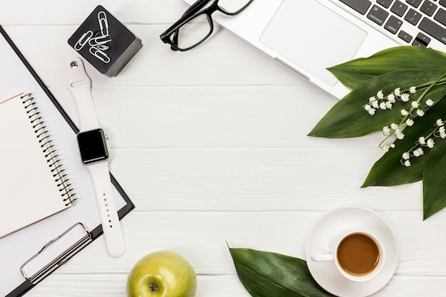 ノートパソコンと白い木製の机の上の朝食の文房具 無料写真