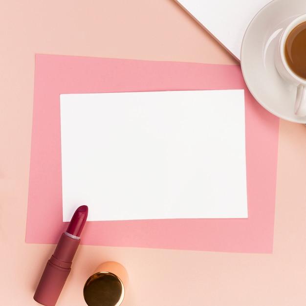 Чистая белая и розовая бумага с помадой, кисточкой и кофейной чашкой Бесплатные Фотографии